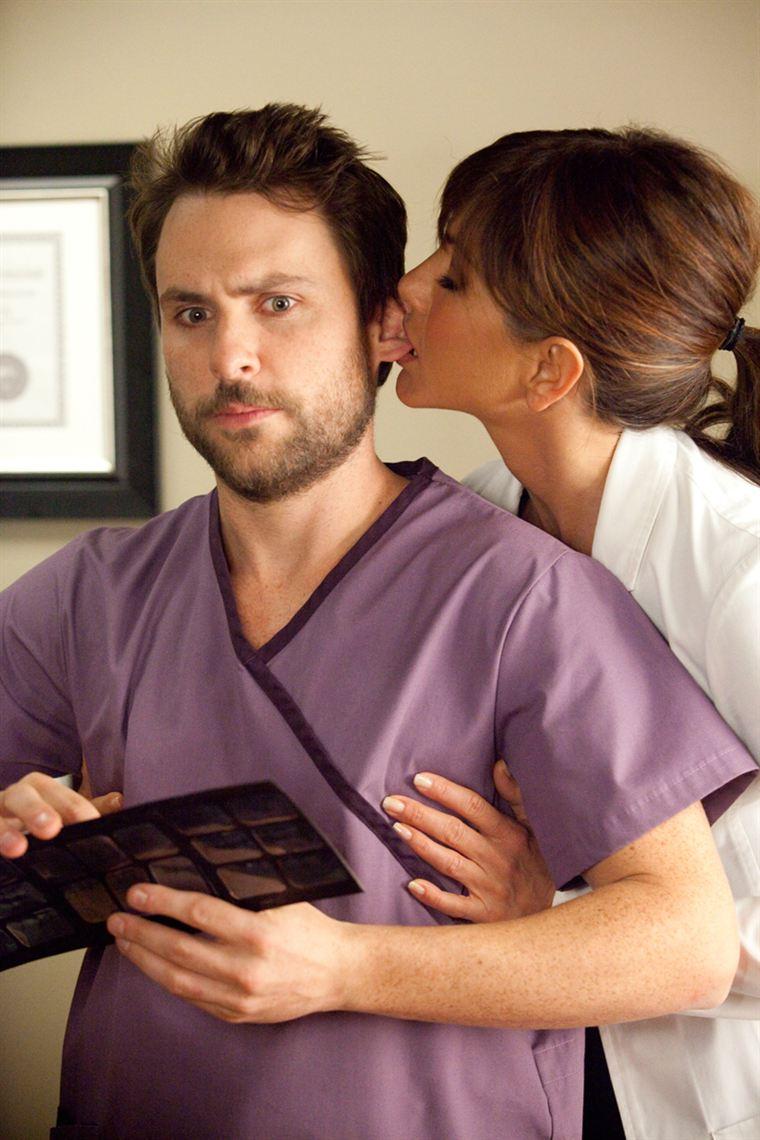 Le pauvre Dale (Charlie Day) ne sait plus comment repousser les avances de Julia, sa patronne (Jennifer Aniston)