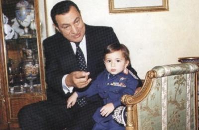 حكايات عن علاقة الرئيس مبارك بحفيده.. كيف كان يزور حفيده في المدرسة ويذهب به الى الملاهي