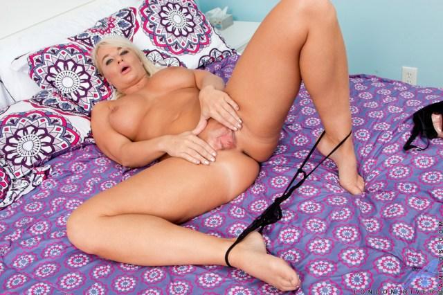 Anilos.com - London River: Blonde Betty