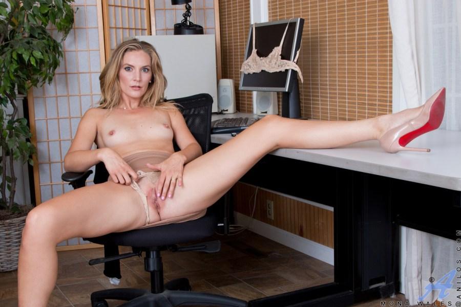 Anilos.com - Mona Wales: Hard At Work