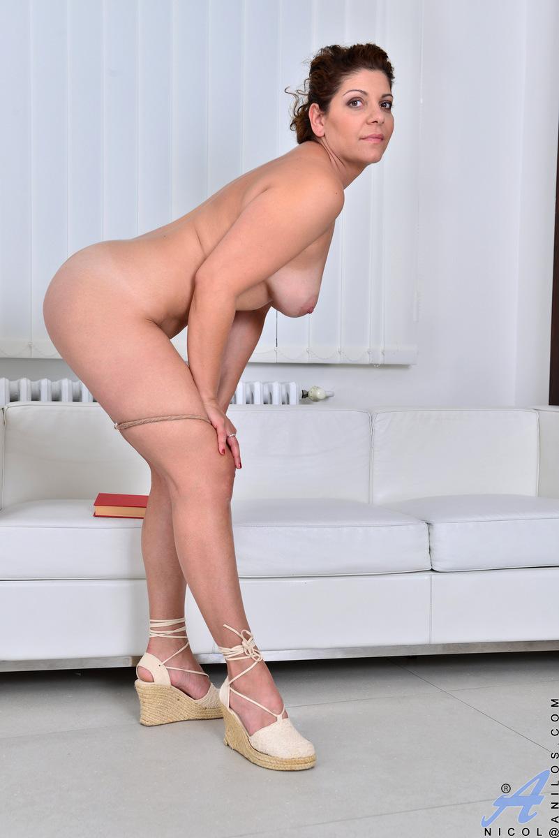 Anilos.com - Nicol: Classy Mature