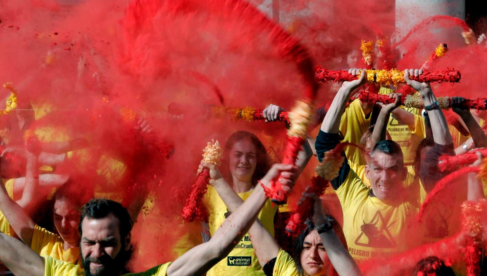 AnimaNaturalis forma una nube roja en Valencia para pedir la abolición de la tauromaquia