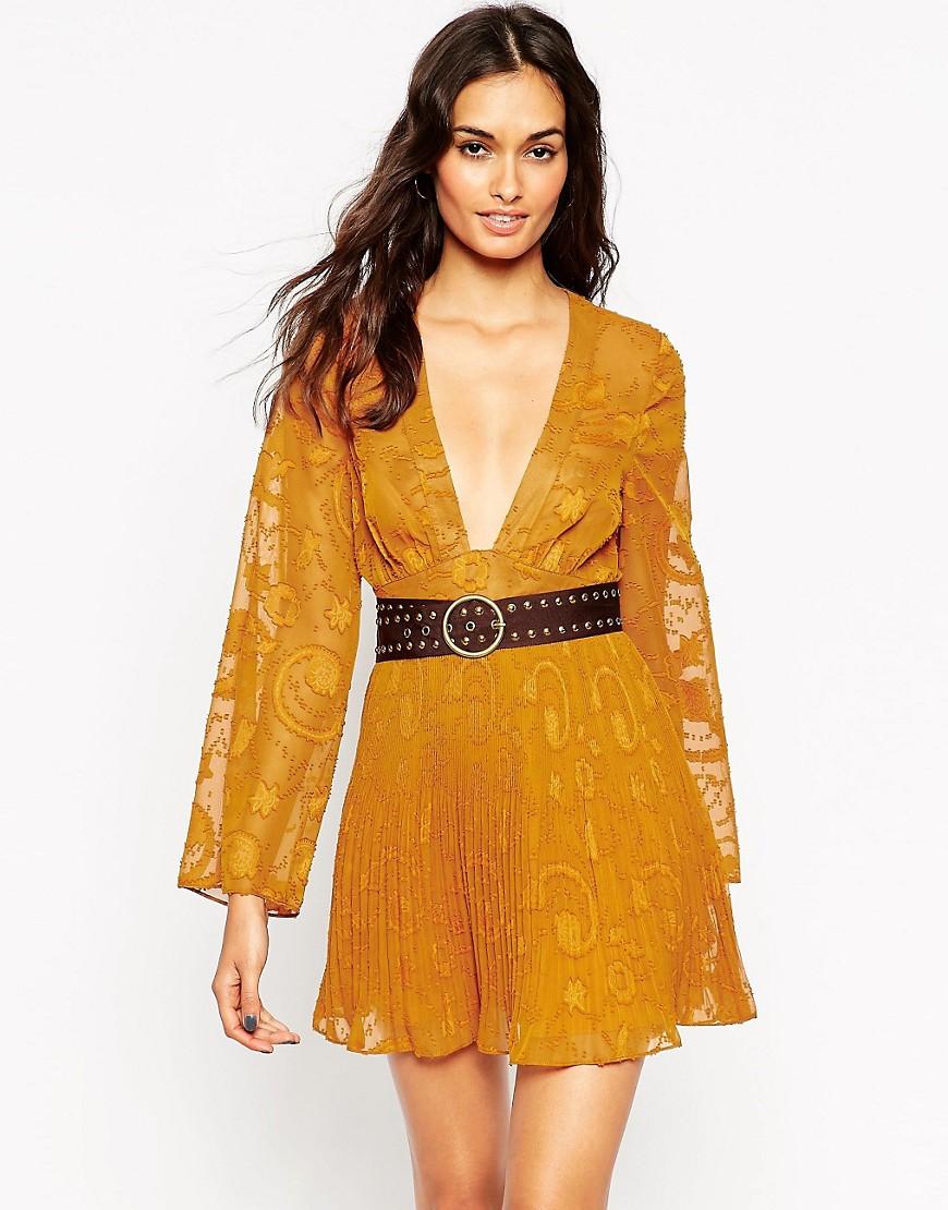 Imagen 1 de Vestido de jacquard suave con escote pronunciado y cinturón de metal de ASOS