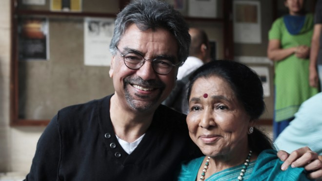 Khalid Mohamed meets Asha Bhosle after a long time and they pick up from where they'd left it. (Photo: Khalid Mohamed)
