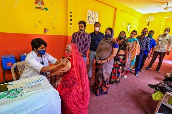जयपुर के वैक्सीनेशन सेंटर में टीका लगवाने के लिए लगी लाइन।