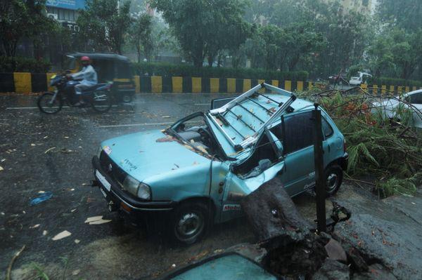 मुंबई में तेज हवा की वजह से कई जगह पेड़ गिरे हैं। ऐसी ही एक घटना में यह कार पूरी तरह बर्बाद हो गई।