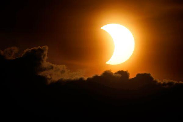 न्यूयॉर्क के मैनहैटन में इस तरह दिखा सूर्यग्रहण।