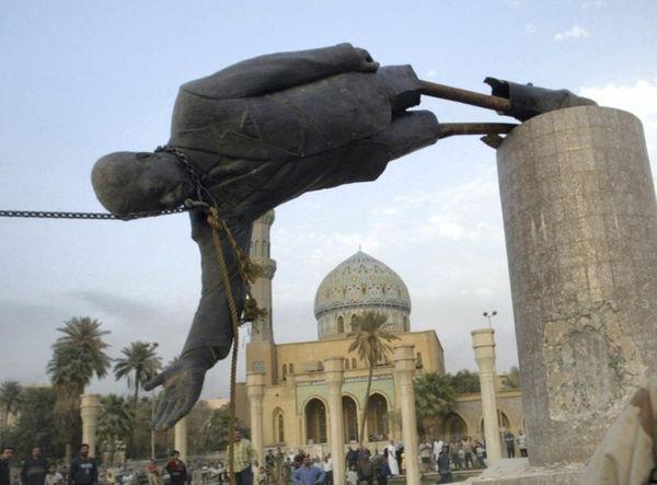 2003 में आज ही के दिन बगदाद में सद्दाम की इस मूर्ति को गिरा दिया गया था।