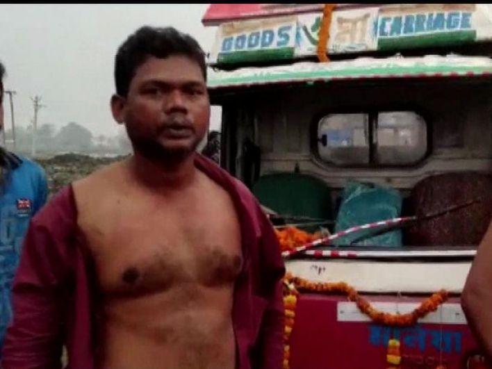 शनिवार को बंगाल के नॉर्थ 24 परगना जिले में भाजपा की परिवर्तन यात्रा पर हमला हुआ। इस दौरान पार्टी के कई कार्यकर्ता घायल हो गए। कई गाड़ियों में तोड़फोड़ भी कई गई। - Dainik Bhaskar