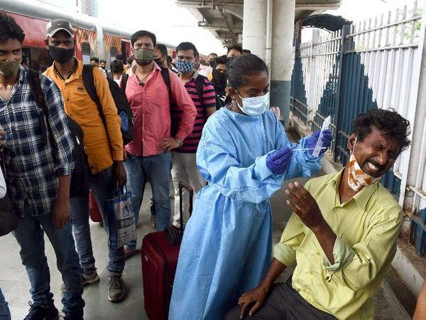 मुंबई में रेलवे स्टेशनों पर यात्रियों के RT-PCR टेस्ट किए जा रहे हैं। फोटो दादर स्टेशन की है।
