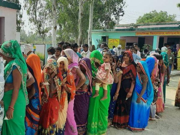 हरदोई जिले में मतदान करने आई महिलाओं को सामाजिक दूरी की परवाह नहीं थी।
