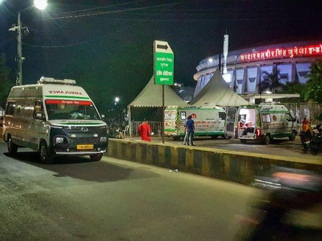 इनडोर स्टेडियम के बाहर का चित्र।  रात में मरीज भर्ती होने के लिए पहुंचे, लेकिन कोरोना की जानकारी के बिना उन्हें छोड़ दिया गया।  - वंश भास्कर