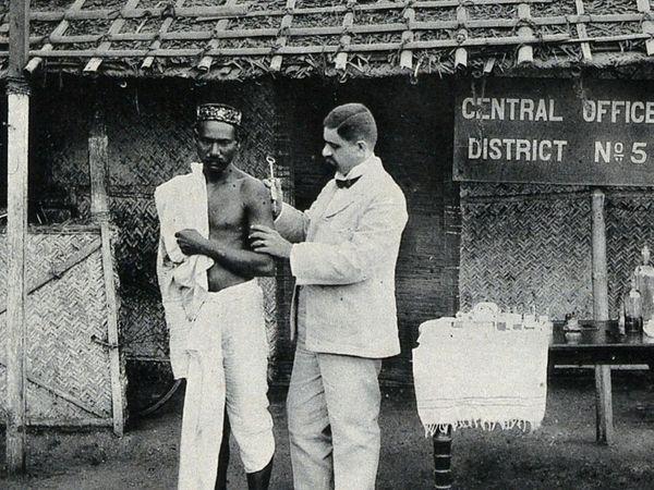 प्रोफेसर जेसी बम्प ने यह फोटो शेयर की है। चेचक फैलने पर ब्रिटिश सरकार की तरफ से भारतीय लोगों पर वैक्सीन का ट्रायल कराया गया था। इसमें पहले अनाथ लोगों को चुना गया।