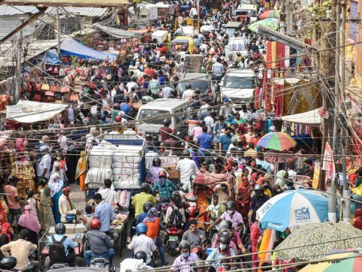 यह फोटो बिहार की राजधानी पटना की है। यहां लॉकडाउन के ऐलान के बाद बाजारों में भीड़ उमड़ आई। ज्यादातर लोग न तो मास्क पहने हुए थे और न ही सोशल डिस्टेंसिंग का पालन कर रहे थे। - Dainik Bhaskar