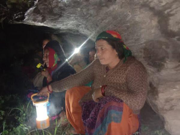 जान बचाने के लिए लोग रात भर जंगलों में चट्टानों की नीचे बैठे रहे। - Dainik Bhaskar