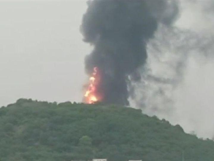 HPCL की रिफाइनरी में आग लगने के बाद आसमान में धुएं का गुबार देखा गया। मौके पर फायर ब्रिगेड की टीम पहुंच गई हैं। - Dainik Bhaskar