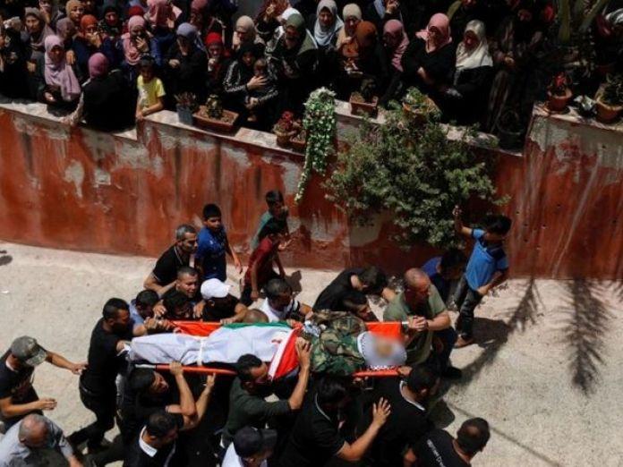 इजराइली ऑपरेशन में मारे गए लोगों का गुरुवार को जनाजा निकाला गया। इस दौरान हजारों लोग मौजूद थे। - Dainik Bhaskar