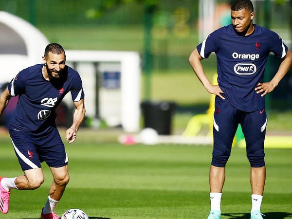 Striker Karim Benzema (left) has returned to the French squad.  The team has some deadly forward players like Mbappe, Griezmann, Jirud.