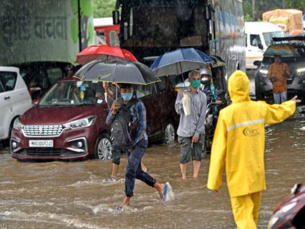 Due to heavy rains in Mumbai's Sion area, water has accumulated on the roads.