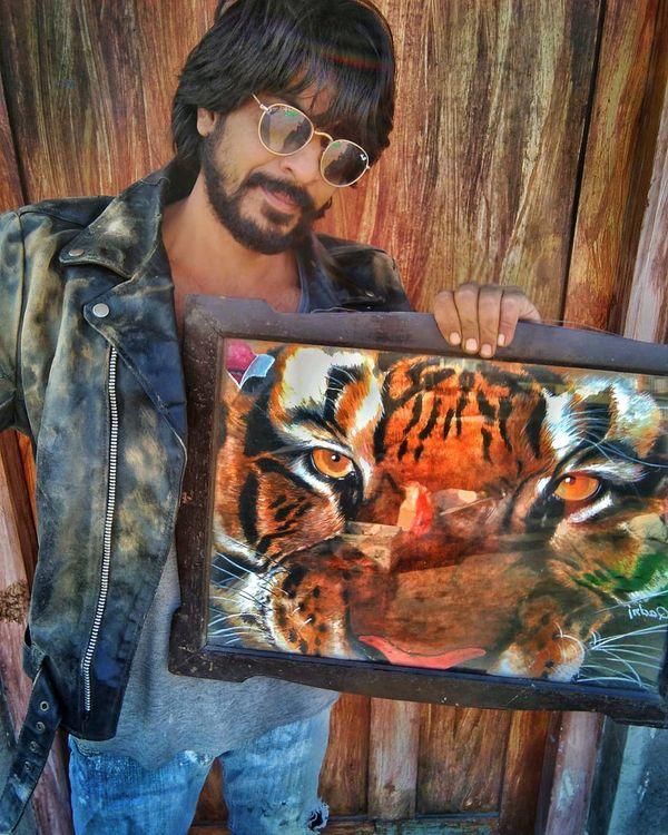 अपनी पेंटिंग दिखाते इब्राहिम कादरी।