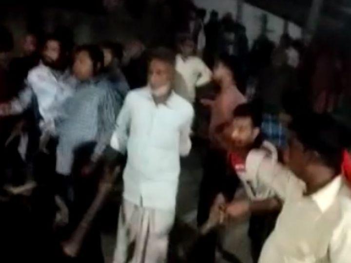 मारपीट के दौरान लाठी-डंडे भांजते दबंग। - Dainik Bhaskar