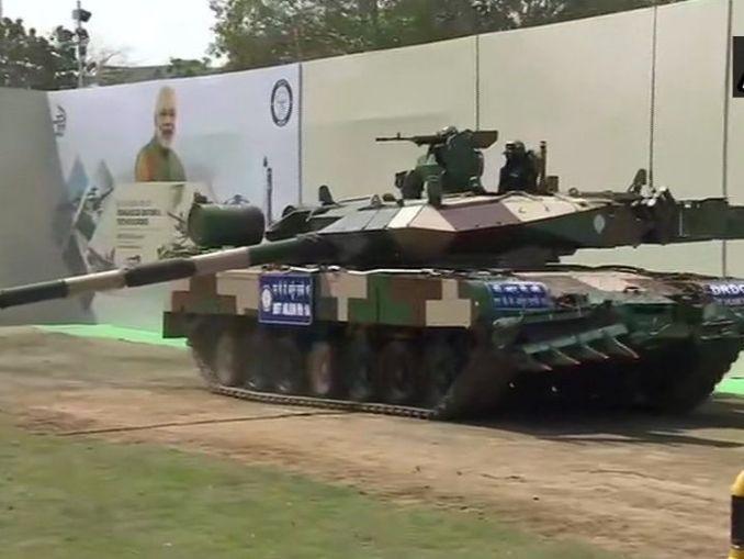 चेन्नई में प्रधानमंत्री नरेंद्र ने अर्जुन टैंक को राष्ट्र को समर्पित किया था। इस दौरान उन्होंने जवानों से मुलाकात भी की थी। आर्मी चीफ एमएम नरवणे भी मौजूद थे। - Dainik Bhaskar