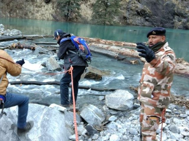 The ITBP personnel and the SDRF team widen the lake's mouth to keep the flow of the artificial lake right.  - Dainik Bhaskar