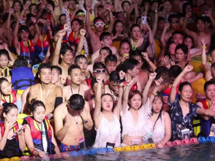पूल पार्टी में ज्यादातर युवा शामिल होते हैं। इनमें लड़के और लड़कियां दोनों शामिल होते हैं।