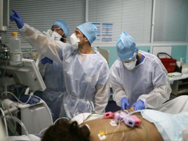 फ्रांस की राजधानी पेरिस के अस्पताल में कोरोनाटे रोगी के इलाज में जुटे डॉक्टर्स। देश में संक्रमण के मामले बढ़ने के बाद 8 शहरों में कर्फ्यू लगाया गया है। -फाइल फोटो