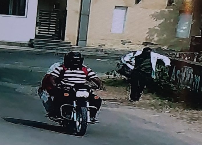 The miscreants parked their car outside an apartment in the estuary after looting the money.  After this, he ran on a bike.  They saw bags full of money.