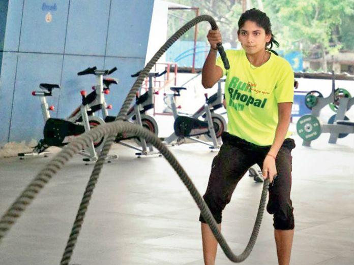 Players of Madhya Pradesh academies are practicing in this open gym.  International taekwondo player Latika Bhandari, along with other taekwanden players on the water Raewars machine.