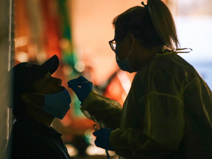 अमेरिका में संक्रमण की तीसरी लहर खतरनाक तौर पर आगे बढ़ रही है। इसके साथ ही टेस्टिंग भी बढ़ा दी गई है। विस्कॉन्सिन के मिलवाउकी में सोमवार को एक व्यक्ति का टेस्ट करती हेल्थ वर्कर।