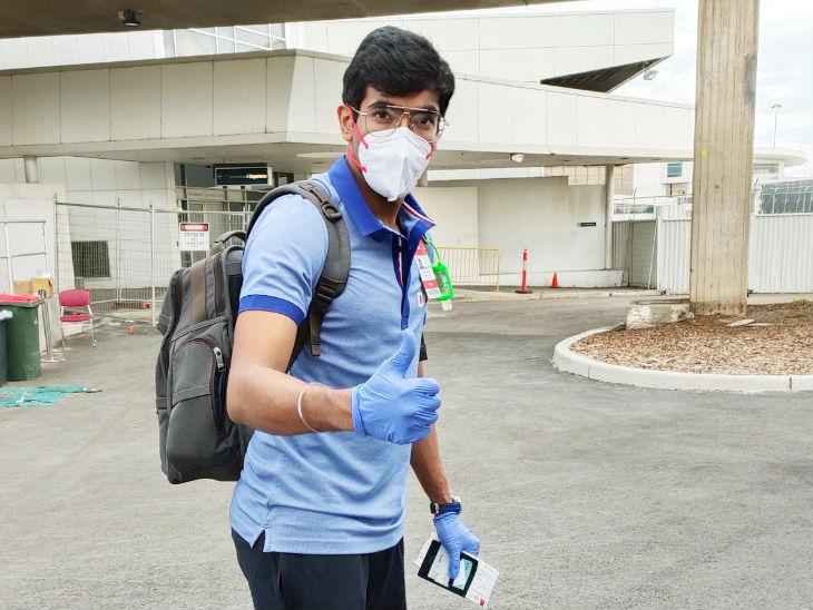 सिडनी पहुंचे भारत के तेज गेंदबाज जसप्रीत बुमराह कुछ यूं नजर आए। यह सीरीज इनके लिए बेहद महत्वपूर्ण है।
