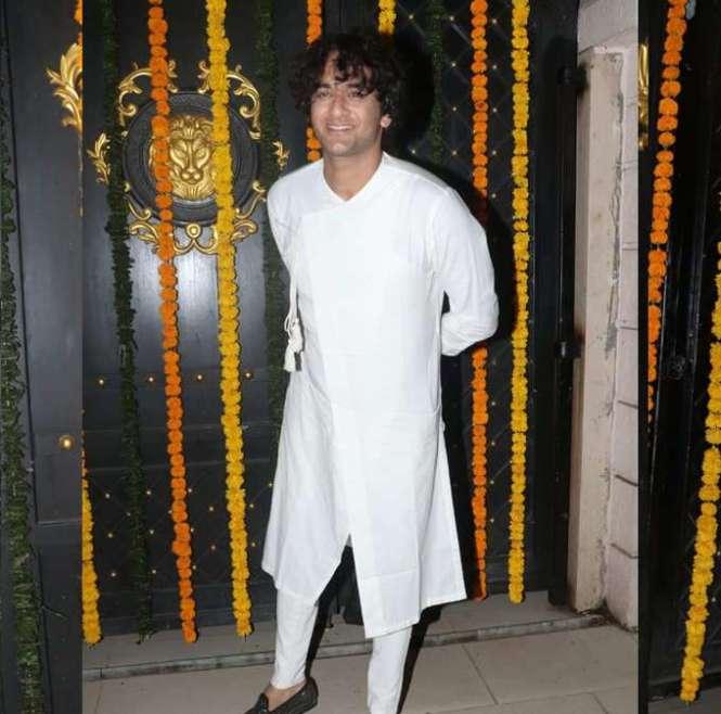 पार्टी में बिग बॉस के एक्स-कंटेस्टेंट विकास गुप्ता भी नजर आए। वह सफेद कुर्ता पायजामा पहने थे।
