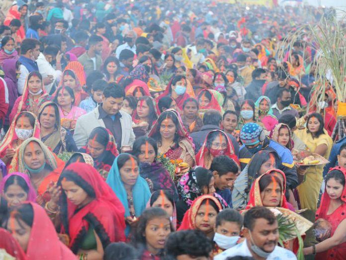 महापर्व के दौरान व्रती महिलाओं की भीड़।