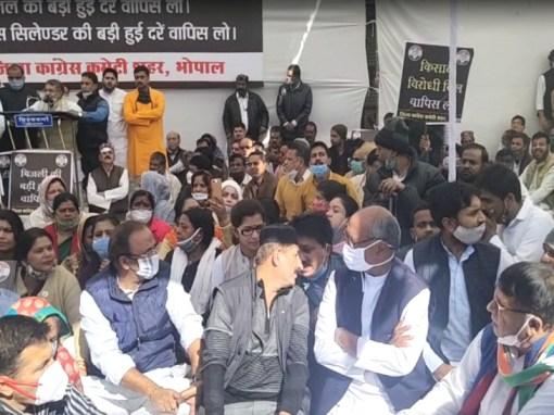 MP कांग्रेस का विरोध प्रदर्शन: नए कृषि कानून के खिलाफ सड़क पर उतरी; रोशनपुरा चौराहे पर धरने में दिग्विजय भी पहुंचे