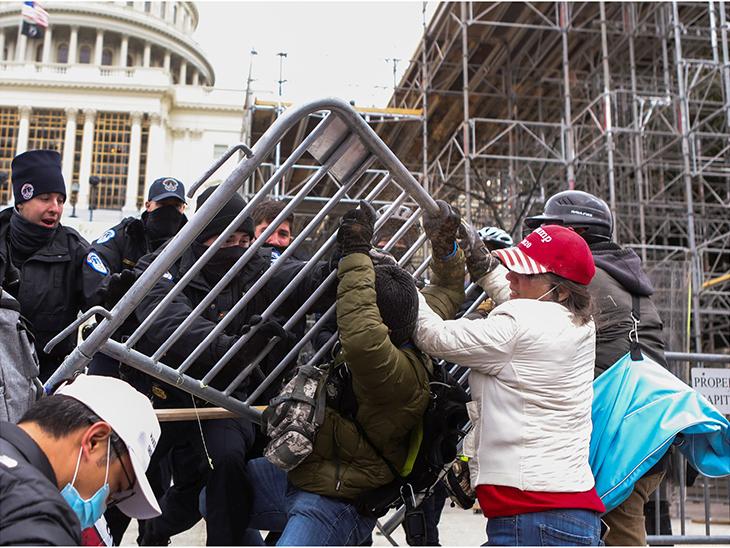सुरक्षाकर्मियों ने प्रदर्शनकारियों को पहले बैरिकेड लगाकर रोका, लेकिन प्रदर्शनकारियों ने बैरिकेड तोड़ दिए।