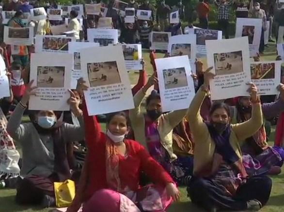 घायल जवानों के परिवारों के साथ ही दिल्ली पुलिस के मौजूदा और रिटायर्ड कर्मचारी भी प्रदर्शन में शामिल हुए।