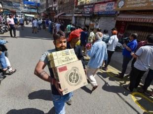 दिल्ली में लॉकडाउन का असर: लोगों ने हफ्तेभर के लिए शराब खरीदी, बोले- कोरोना से इंजेक्शन नहीं, अल्कोहल बचाएगा