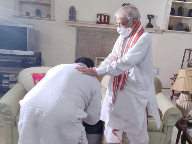 सोमवार को डॉ. जेपी नंदा ने डॉ. मुरली मनोहर जोशी के दर्शन किए और उनके चरण स्पर्श कर आशीर्वाद लिया।