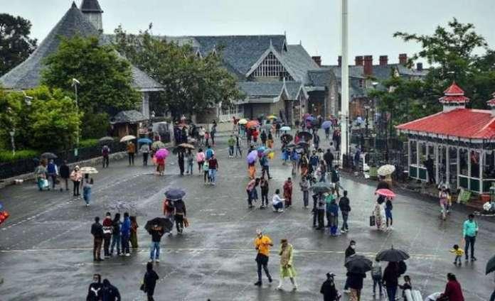 शिमला के मॉल रोड में बारिश के बाद घूमने निकले पर्यटक।