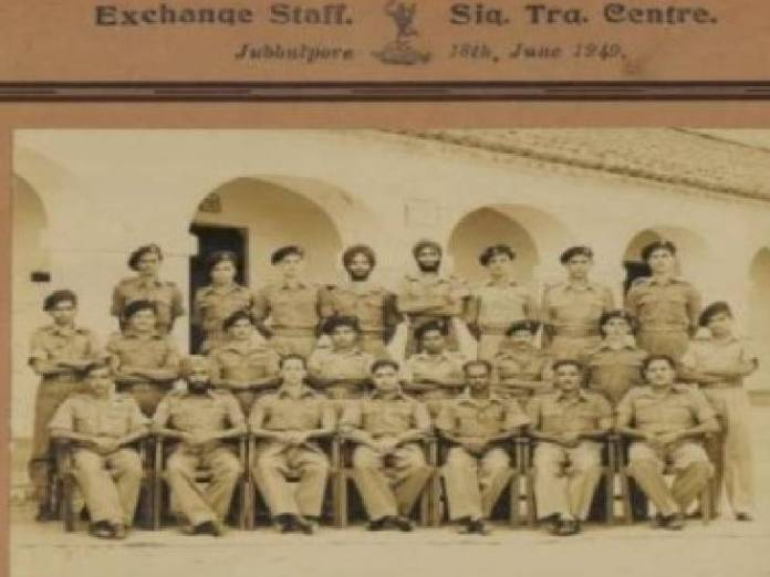 सेना में साथियों के साथ ग्रुप फोटो।