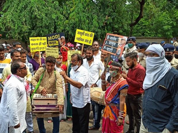 घेराव के दौरान सांस्कृतिक प्रकोष्ठ ने राजनीतिक गीतों से केंद्र की भाजपा सरकार पर कटाक्ष जारी रखा।