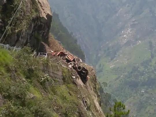 चट्टानें गिरने से कई वाहन मलबे में दब गए तो कुछ पहाड़ी पर लटक गए।  .  बस 25 अधिक वजन वाला।
