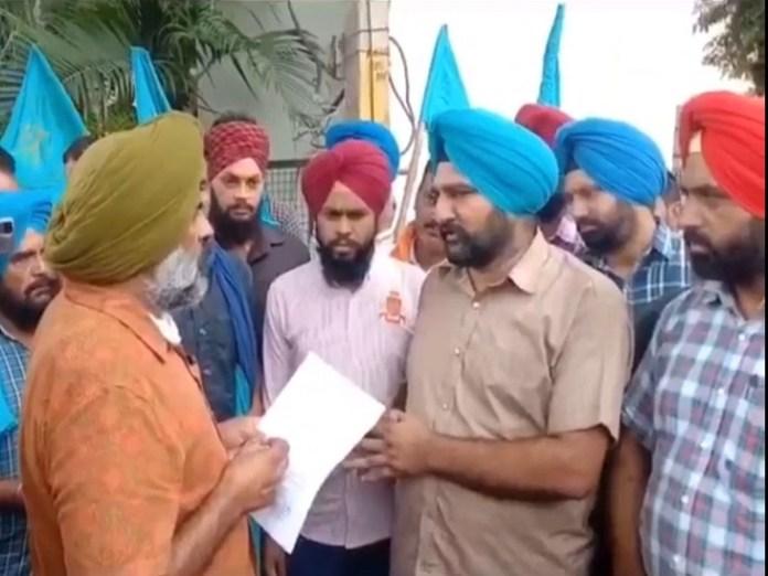 रविवार को विधायक परगट सिंह के घर के घेराव के बाद उन्हें मांगे बताते हड़ताली कर्मचारी।