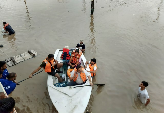 Disaster relief team rescuing people trapped in floods in Rajkot.  The photo is from Tuesday.
