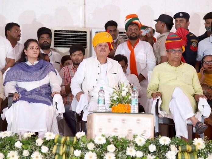 मंच पर राव इंद्रजीत सिंह, उनकी पुत्री आरती और जपाध्यक्ष प्रकाश धनखड़।
