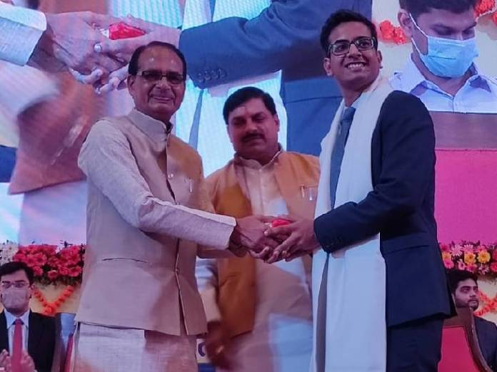 CM Shivraj Singh Chouhan and Higher Education Minister Dr. Mohan Yadav honoring the selected youth in Minto Hall.