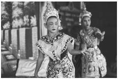 lakorn penari berkostum tampil di kuil Lak Muang di Bangkok pada tahun 1995. (KEVIN R. MORRIS / Corbis)