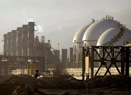 A view of a petrochemical complex in Assaluyeh on Iran's Persian Gulf coast May 28, 2006. Picture taken on May 28, 2006.